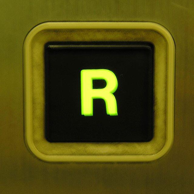 ワクワクするRボタン、その2。#屋上 #エレベーター